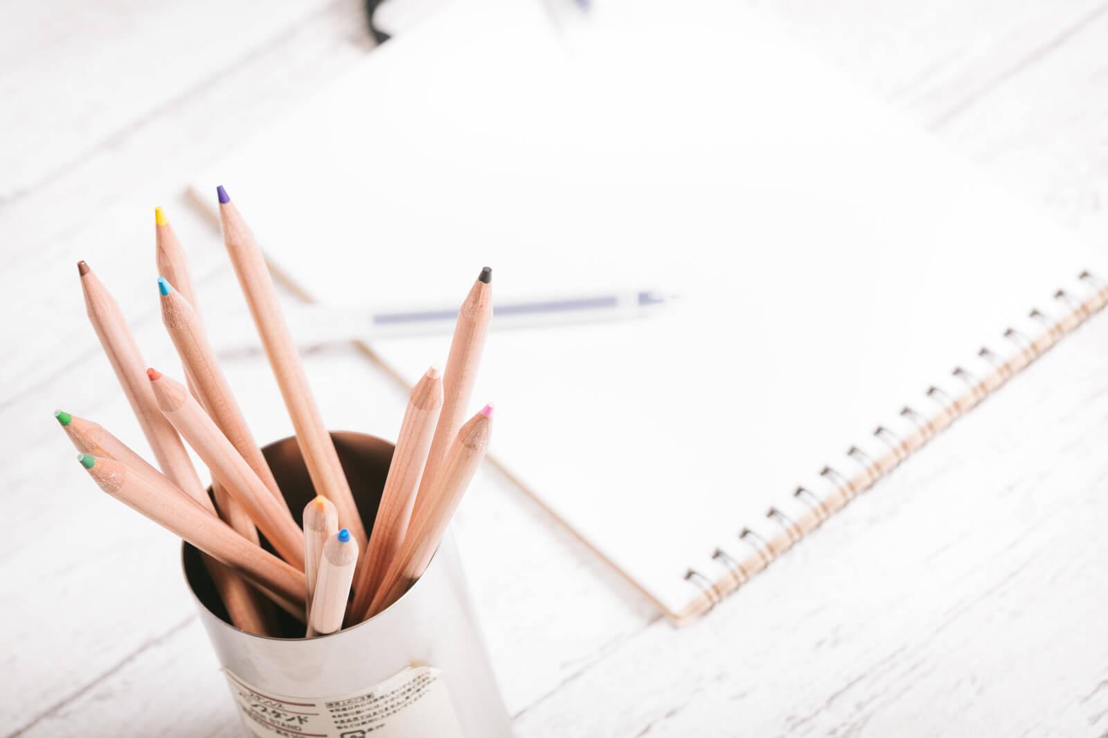 鉛筆立てとノート