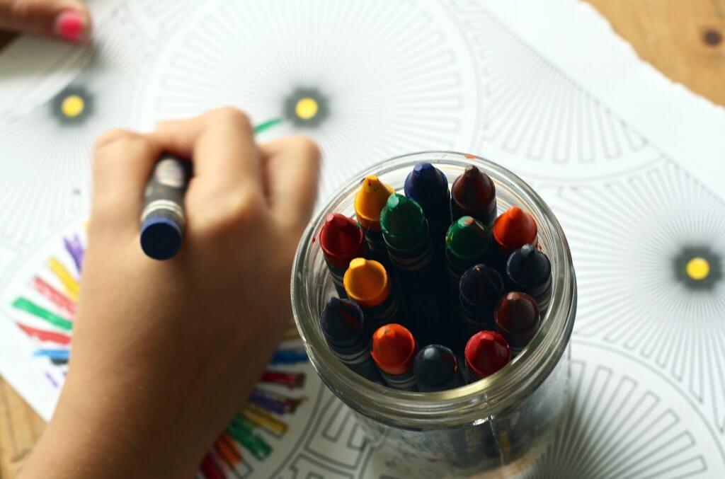 保育園看護師が子供とクレヨンで塗り絵
