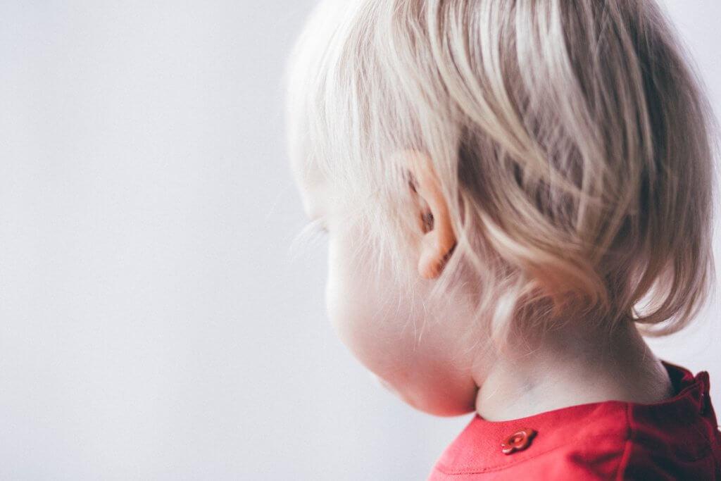 耳鼻科で診察を受ける子供